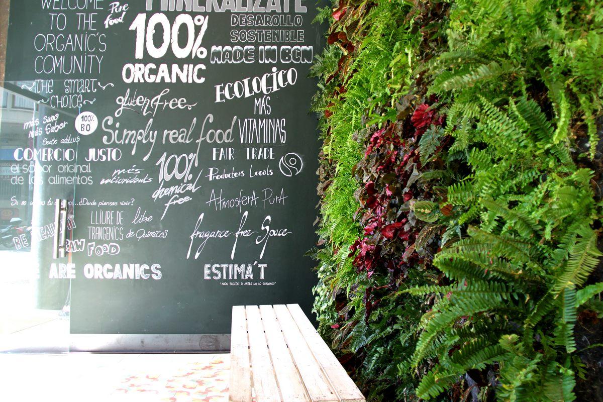 Jard n vertical en barcelona restaurante organics for Jardines verticales barcelona