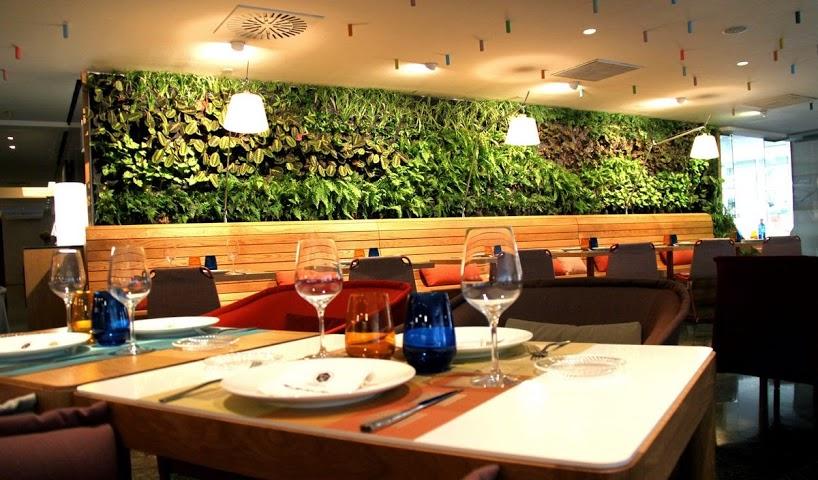 jardín vertical interior en el restaurante cheese bar de barcelona